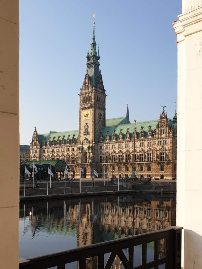 Blick auf das Rathaus (Alster-Arkaden) - Foto: Follow Me Hamburg