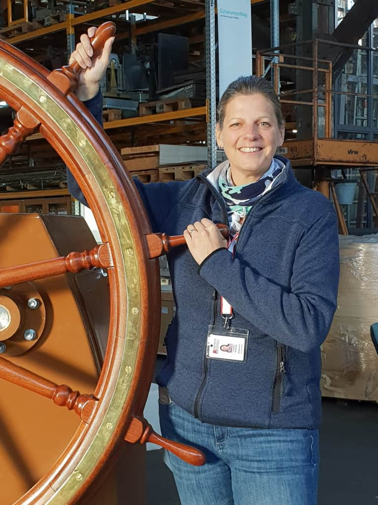 Stadtführerin Daniela Grothues-Vervat am Steuerrad im Hafenmuseum | Foto: FOLLOW ME Hamburg