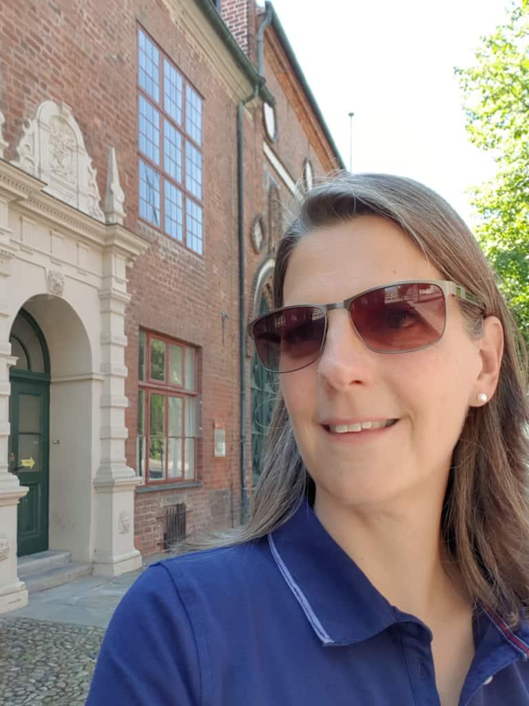 Guide Daniela in Lüneburg vor dem Rathauseingang | Foto: FOLLOW ME Hamburg